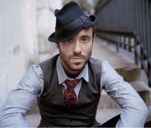 Şarkıcı, şarkı yazarı Charlie Wonston